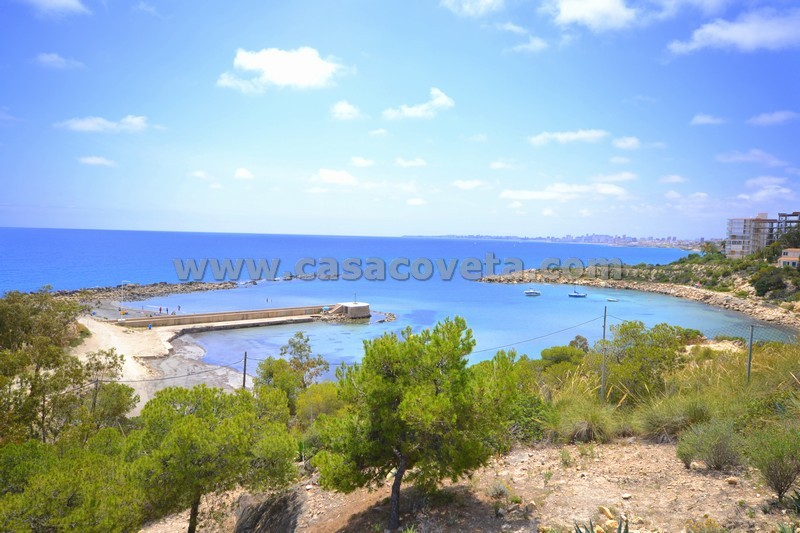 Wonderfull spacious and quiet apartment with swimming pool and directly by the sea Ref: 436