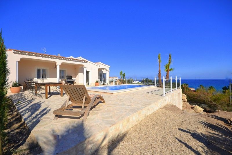 Spacious and quiet villa with very nice pool area! with ample outdoor dining room. Ref. 487
